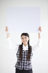 ホワイトボードを持つ事務員の写真素材 [FYI01282761]