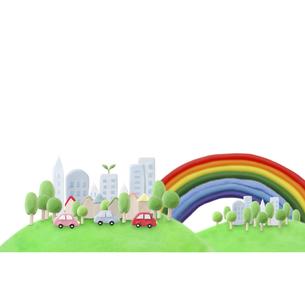 緑のある都会を走るエコカーと虹の写真素材 [FYI01282909]