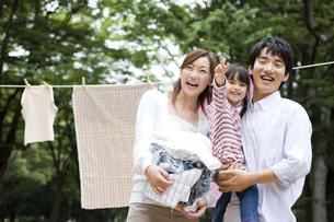 洗濯物を干す家族の写真素材 [FYI01282945]