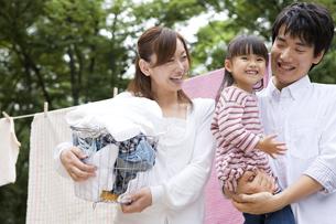 洗濯物を干す家族の写真素材 [FYI01282952]