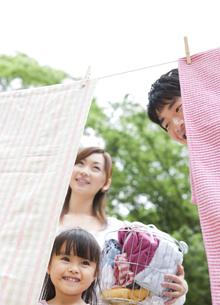 洗濯物を干す家族の写真素材 [FYI01282955]