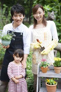 ガーデニングをする家族の写真素材 [FYI01282975]