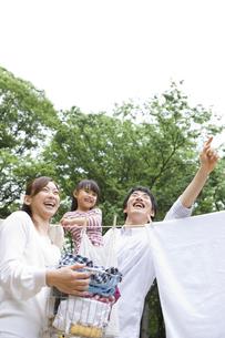 洗濯物を干す家族の写真素材 [FYI01282981]