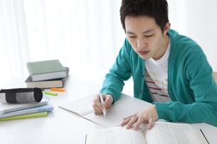 部屋で勉強をする日本人学生の写真素材 [FYI01283042]