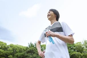 縄跳びを持った中高年男性の写真素材 [FYI01283074]