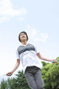 公園で縄跳びをする中高年男性の写真素材 [FYI01283075]