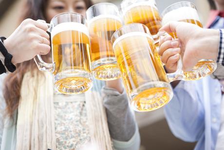 オープンカフェで乾杯する若者グループの手元の写真素材 [FYI01283236]