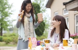オープンカフェで食事をする日本人女性2人の写真素材 [FYI01283269]