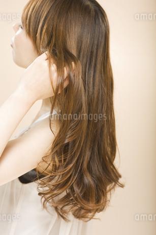髪に触れる日本人女性の写真素材 [FYI01283373]