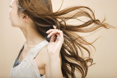 髪をなびかせる日本人女性の写真素材 [FYI01283374]