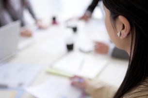 会議をするビジネスウーマンの写真素材 [FYI01283450]