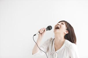 マイクで歌う女性の写真素材 [FYI01283569]