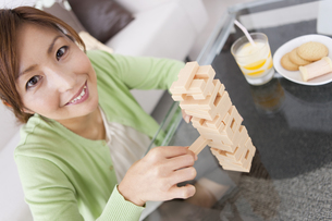 ジェンガをする女性の写真素材 [FYI01283623]