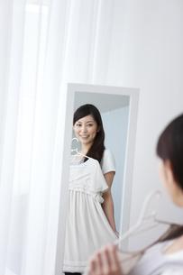 身支度をする女性の写真素材 [FYI01283654]