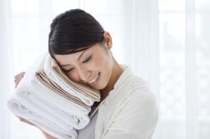 タオルを持つ女性の写真素材 [FYI01283660]