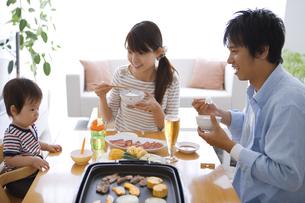 夕食を食べる家族の写真素材 [FYI01283662]