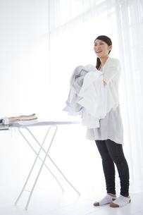 洗濯物を抱える女性の写真素材 [FYI01283663]