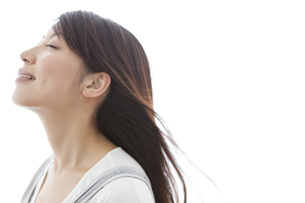 目を閉じる女性の写真素材 [FYI01283668]