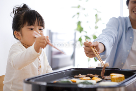 夕食を食べる女の子の写真素材 [FYI01283780]