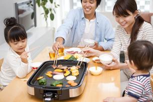 夕食を食べる家族の写真素材 [FYI01283813]