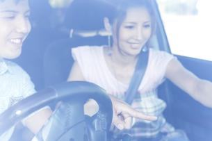 ドライブをする若者カップルの写真素材 [FYI01283844]