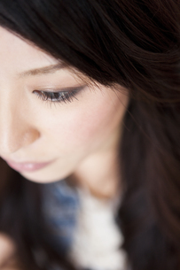 女性の目のアップの写真素材 [FYI01283904]