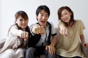 拳を突き出す若者3人の写真素材 [FYI01283983]