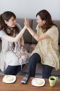 ハイタッチする女性2人の写真素材 [FYI01284004]