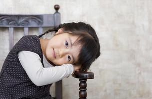 イスのアームにもたれる女の子の写真素材 [FYI01284203]