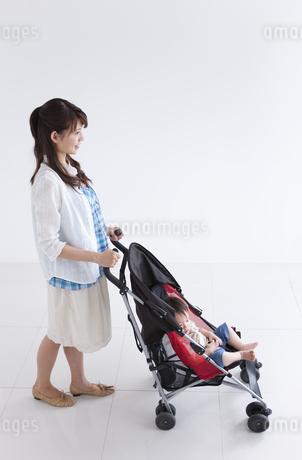 ベビーカーを押して歩く女性の写真素材 [FYI01284278]