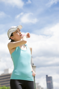 汗を拭う女性の写真素材 [FYI01284441]