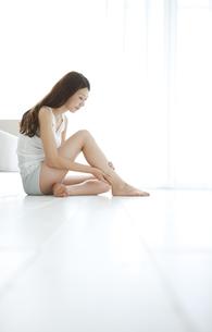 足をマッサージする女性の写真素材 [FYI01284459]