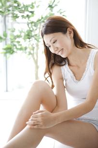 足をマッサージする女性の写真素材 [FYI01284482]