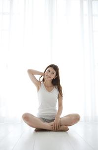 胡座で座る笑顔の女性の写真素材 [FYI01284542]