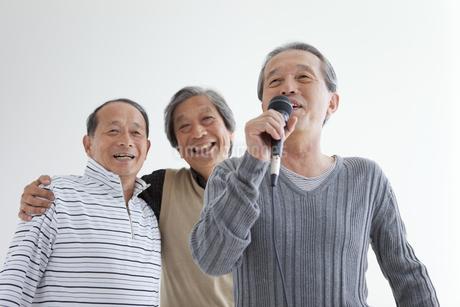 歌う中高年3人の写真素材 [FYI01284559]