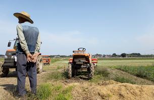 農家の男性と畑の写真素材 [FYI01284623]