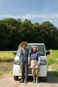 農家の老夫婦と軽トラックの写真素材 [FYI01284629]