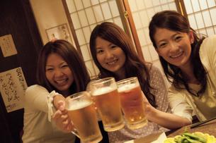 居酒屋で乾杯する女性3人の写真素材 [FYI01284678]