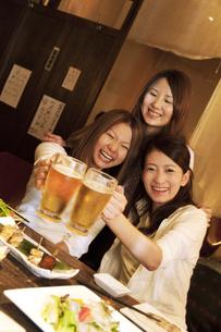 居酒屋で乾杯する女性3人の写真素材 [FYI01284828]