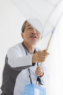 虫取りする中高年男性の写真素材 [FYI01284850]