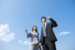 ガッツポーズするビジネスマンとビジネスウーマンの写真素材 [FYI01284860]