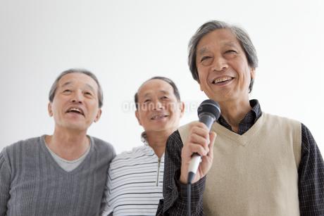 歌う中高年3人の写真素材 [FYI01284928]