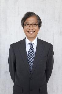 笑顔の中高年ビジネスマンの写真素材 [FYI01284931]