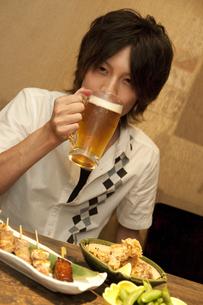 居酒屋で食事する男性の写真素材 [FYI01284970]