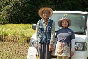 農家の老夫婦と軽トラックの写真素材 [FYI01284981]