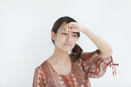 額に手をあてる女性の写真素材 [FYI01284997]