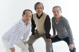 笑顔で構える中高年3人の写真素材 [FYI01285022]