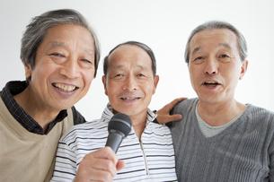 歌う中高年3人の写真素材 [FYI01285055]