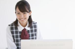 制服姿の笑顔の女性の写真素材 [FYI01285066]