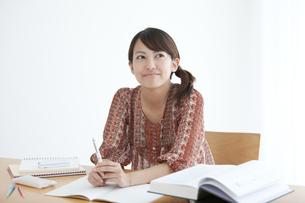 勉強中の大学生の写真素材 [FYI01285067]